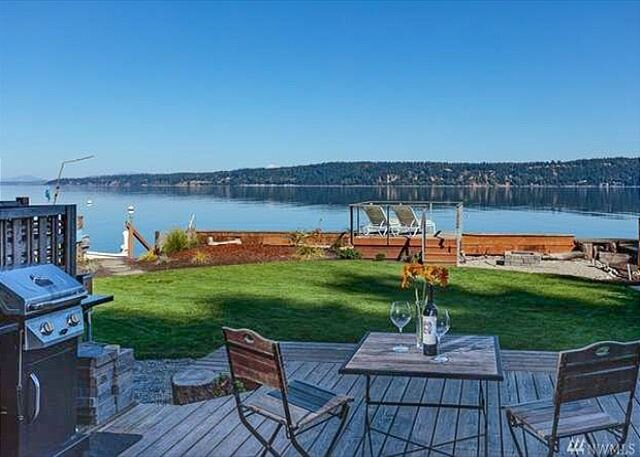 Chic Beach Cottage | 50' of Beachfront with Private Mooring Buoy, location de vacances à Lakewood  Snohomish County
