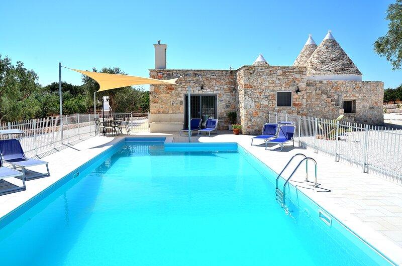Trulli moderne 3 chambres, toutes avec salle de bains, climatisation, et piscine, vacation rental in Castellana Grotte