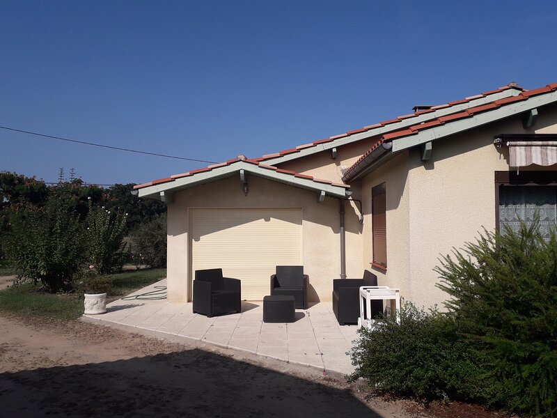 Beautiful house with garden, location de vacances à Agnac