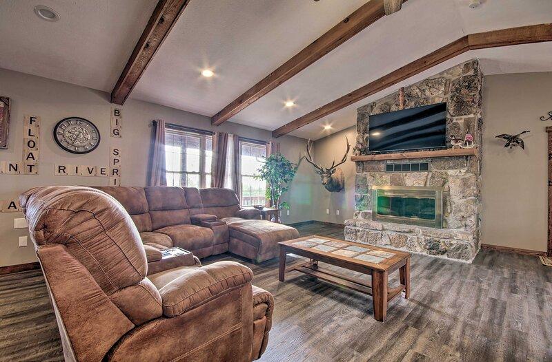 NEW! Cozy Cabin w/Game Room, 1 Mi to Current River, aluguéis de temporada em Van Buren