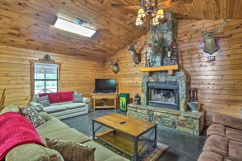 NEW! Pet-Friendly Cabin Retreat w/ Private Hot Tub, vacation rental in Hochatown