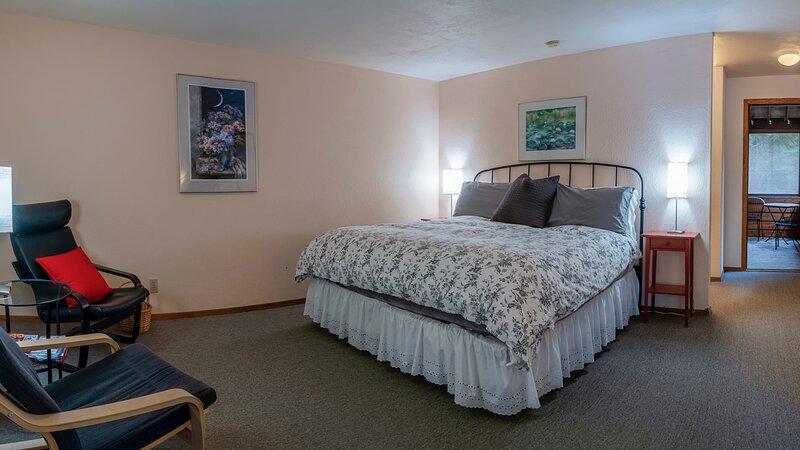 #1 Lodge Room 3 ~ Green Springs Inn ~ Jacuzzi Bathtub, holiday rental in Hornbrook