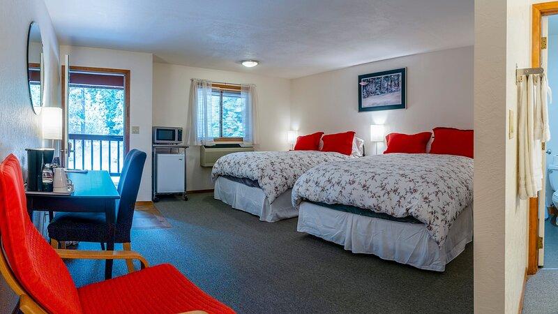 #1 Lodge Room 7 ~ Green Springs Inn ~ Sleeps 4, holiday rental in Hornbrook