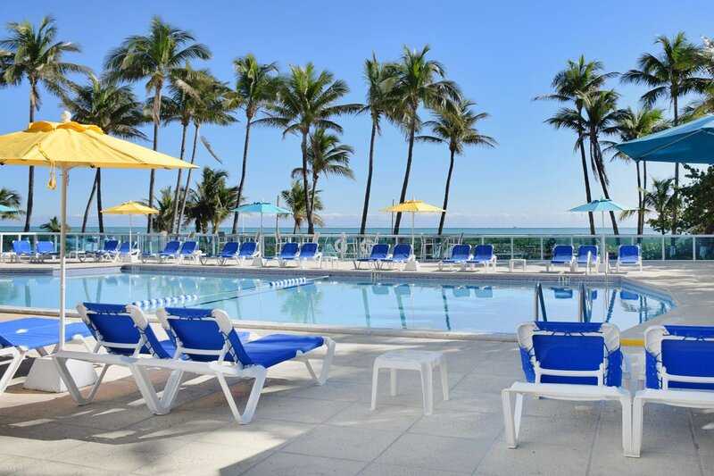 Great Deal On The Ocean! FOUR 2BR UNITS, Direct Beach Access, Pool, Tennis, casa vacanza a North Bay Village