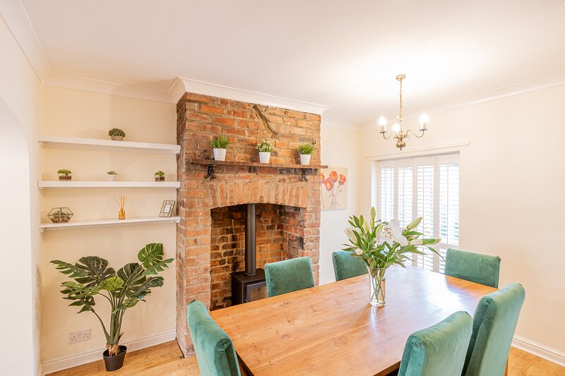 Strayside Cottage - cosy 2 bedroom cottage- sleeps 4. Ideal for hospital & town., holiday rental in Follifoot