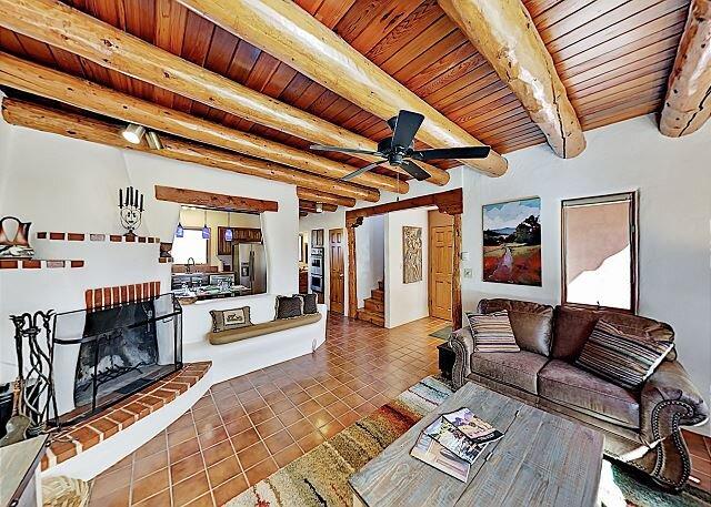 Serene Southwestern Townhouse | Backyard, Patio & 2 Balconies | Near Skiing, casa vacanza a El Prado