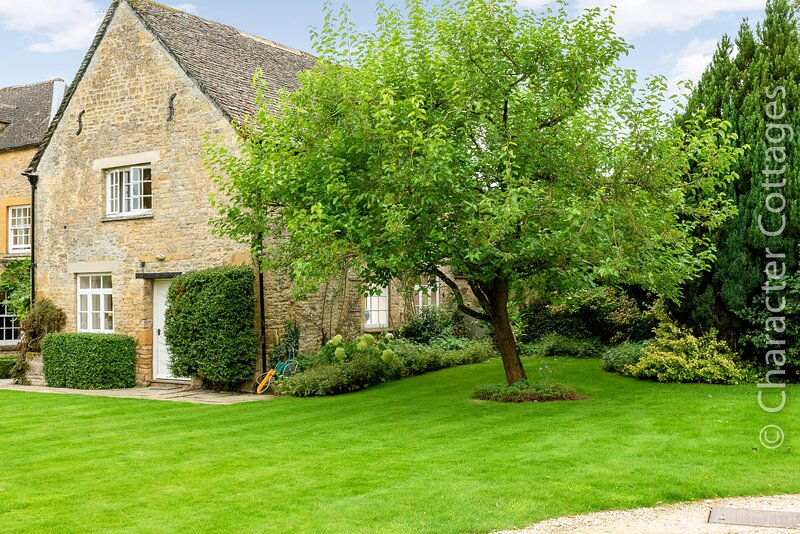 Mulberry Cottage enjoys an idyllic setting in the unspoilt village of Broadwell., vacation rental in Upper Oddington
