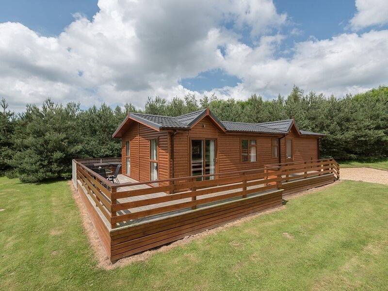 CALLOW LODGE 2, detached, king-size double beds, en-suite, private hot tub, holiday rental in Burlton
