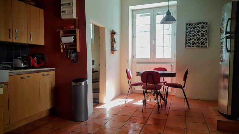 Charming stone house in the heart of the old town of Forcalquier, casa vacanza a Forcalquier