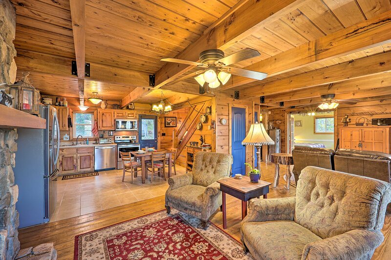 NEW! Cozy Mountain-Top VA Cabin: Hike, Bike & Fish, holiday rental in Dobson