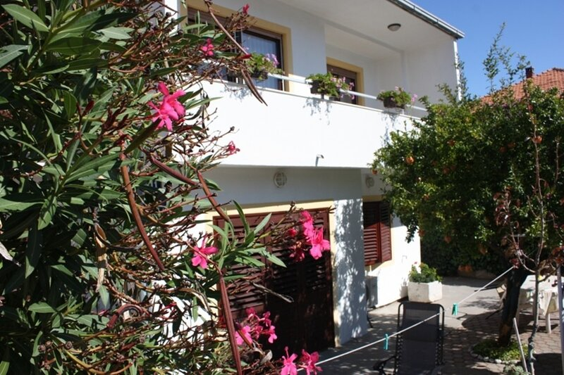 Petri - close to the sea: A1 Crveni (2) - Tisno, vakantiewoning in Tisno