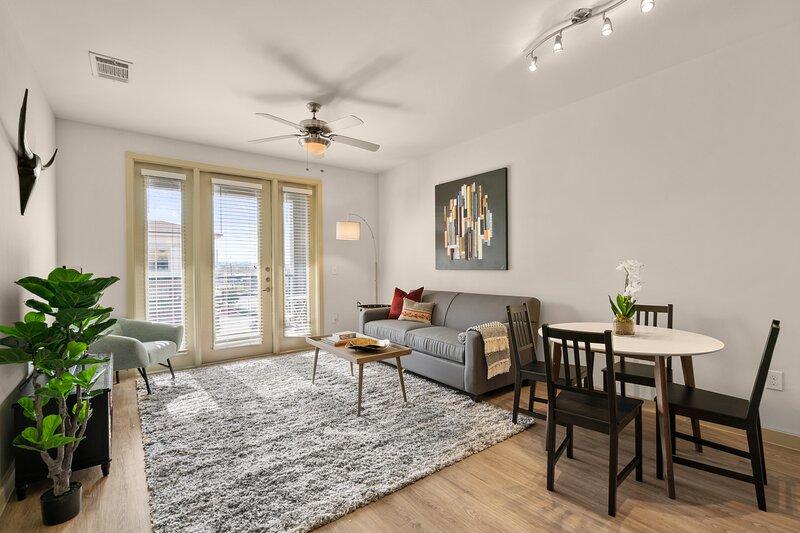 Kasa | Dallas | Alluring 1BD/1BA Medical District Apartment, alquiler de vacaciones en Highland Park