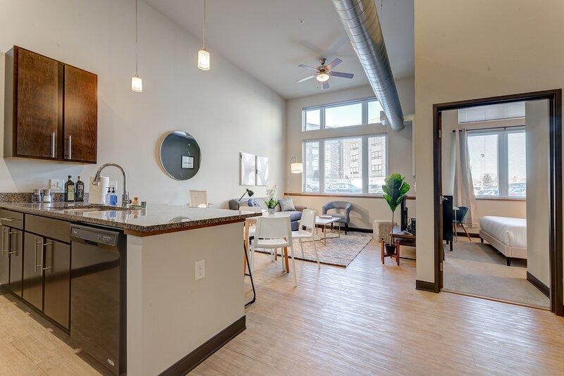 Kasa | Milwaukee | Dreamy 1BD/1BA Westown Apartment, alquiler de vacaciones en Cedarburg