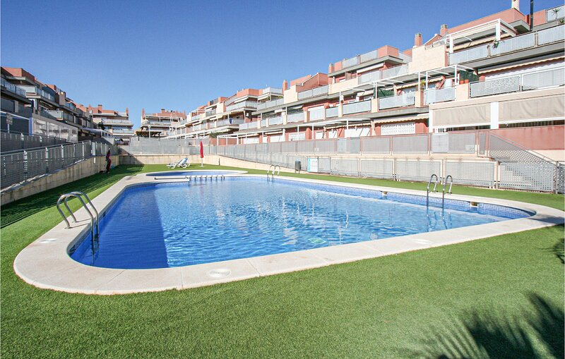 Beautiful apartment in Santa Pola with Outdoor swimming pool, WiFi and 3 Bedroom, holiday rental in Monte Faro