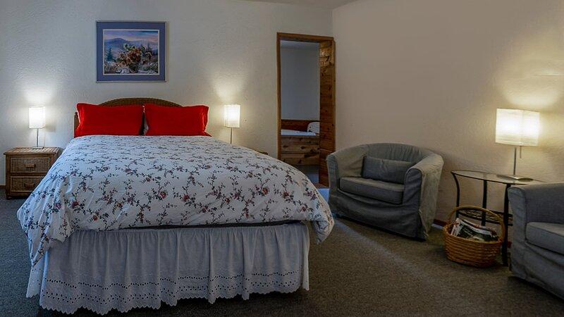 #1 Lodge Room 1 ~ Green Springs Inn ~ Jacuzzi Bathtub, holiday rental in Hornbrook