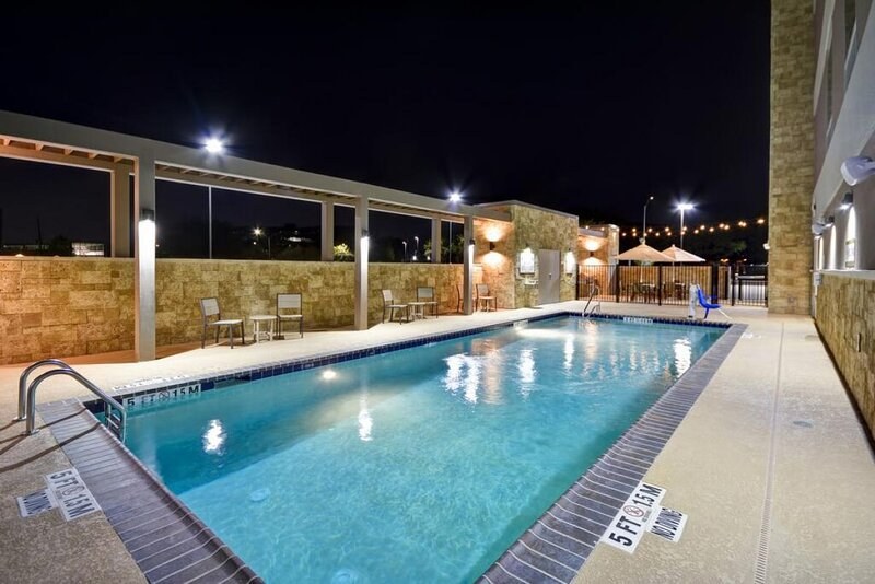Romantic Escape! Near Beach, Pool, Free Breakfast and Parking, vacation rental in West Melbourne