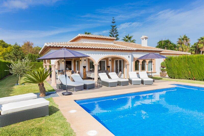 Villa SanMar Javea, Lujosa con Piscina Privada, AC y Wifi, vacation rental in El Tosalet