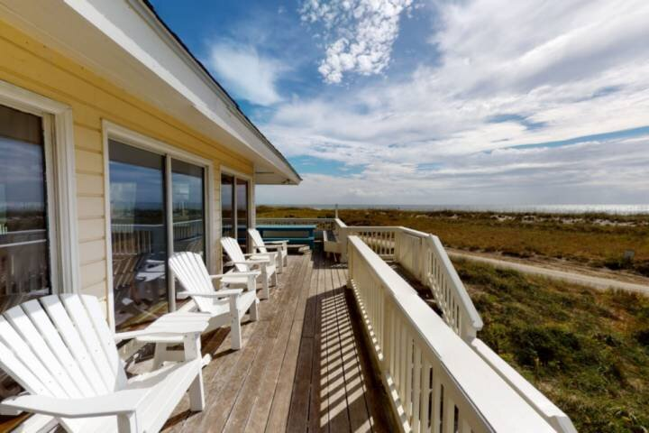 Beachfront, BHI Club, Fantastic Ocean Views Easy Beach Access, Great Amenities,, location de vacances à Bald Head Island