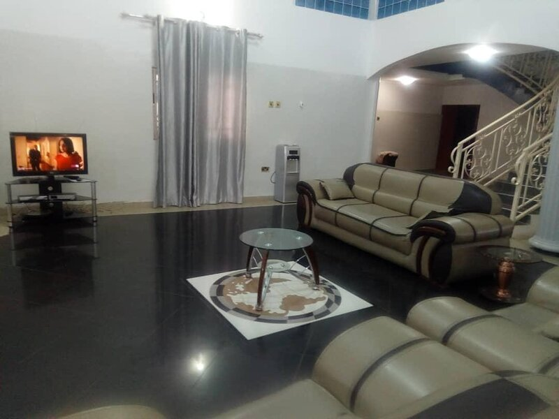 Fully furnished 6 bedroom house, alquiler vacacional en Madina
