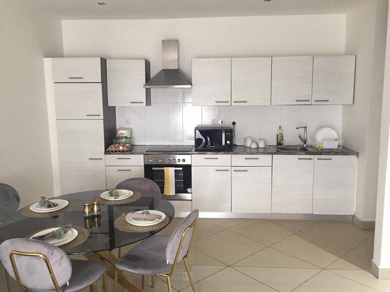 Fully furnished executive 2 bedroom apartment, alquiler vacacional en Legon