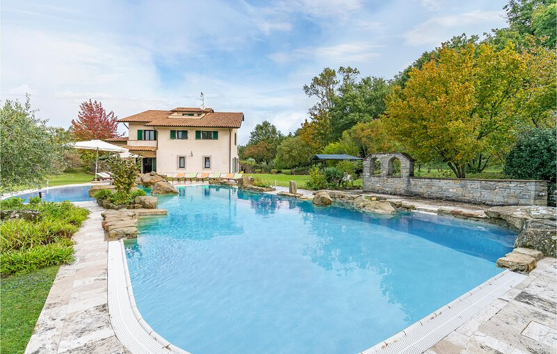 Nice home in Umbertide with Outdoor swimming pool and 6 Bedrooms (IUP943), vacation rental in Preggio