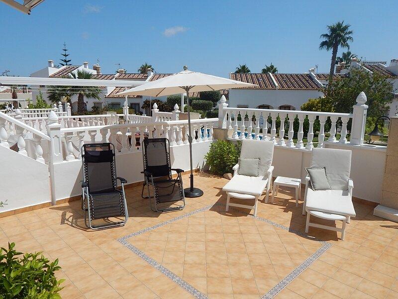 Bungalow with sun room 3 minute walk from Villamartin Plaza, holiday rental in Villamartin