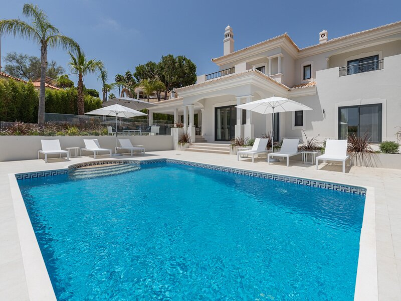 Vale do Garrao Villa Sleeps 8 with Pool Air Con and WiFi - 5479832, location de vacances à Vale do Garrao
