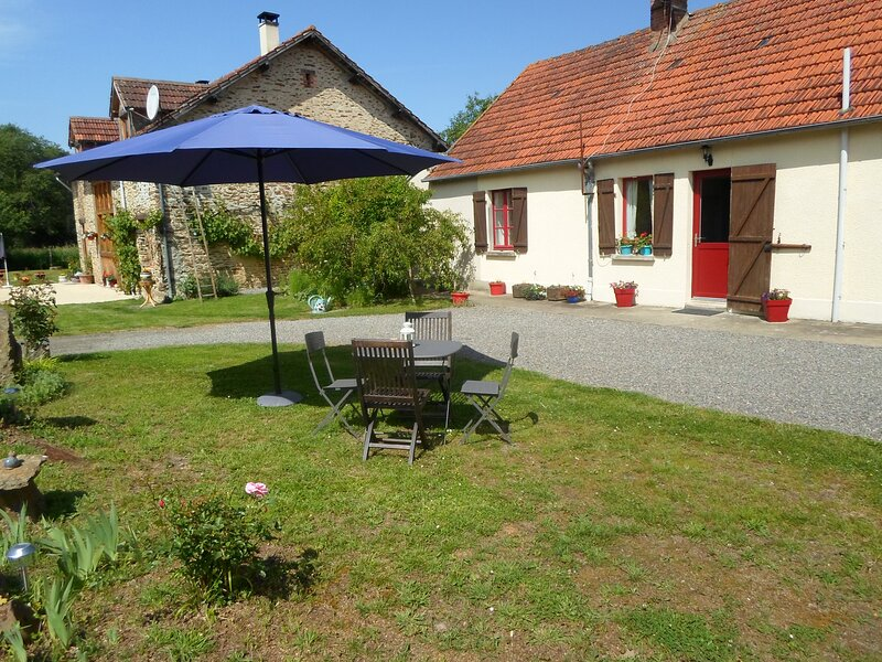 Country Cottage near a beautiful mediaeval town, holiday rental in Prissac