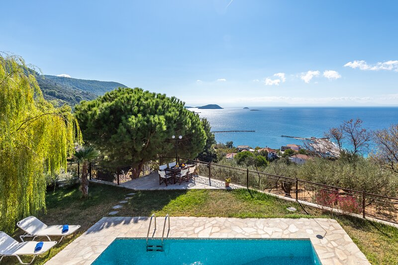 Beautiful Villa With Private Pool- Sea Views -Near To Beach and Village Glossa, casa vacanza a Loutraki
