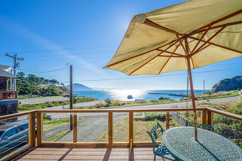 Adorable, nautical-themed home w/ a private hot tub & ocean views, location de vacances à Port Orford