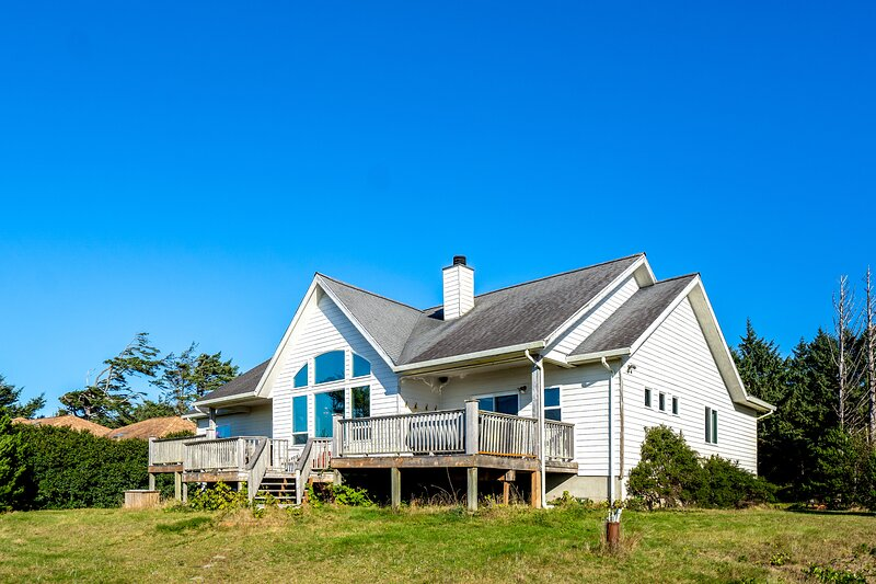 Ocean view home w/huge deck & yard, hot tub, firepit & game room - dogs OK!, vacation rental in Otter Rock