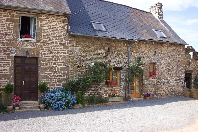 Beautiful 3-Bed Cottage in Passais-Villages, aluguéis de temporada em Saint-Fraimbault