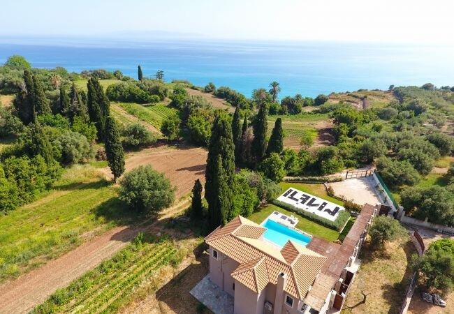 Trapezaki Villa Sleeps 7 with Pool Air Con and WiFi - 5873733, aluguéis de temporada em Trapezaki