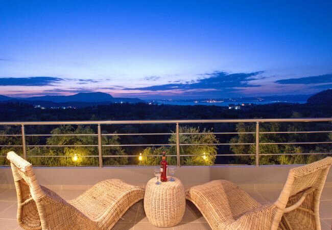 Kambia Villa Sleeps 7 with Pool Air Con and WiFi - 5873694, casa vacanza a Aspro
