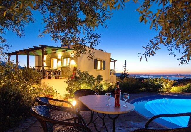 Kambia Villa Sleeps 7 with Pool Air Con and WiFi - 5873700, casa vacanza a Aspro