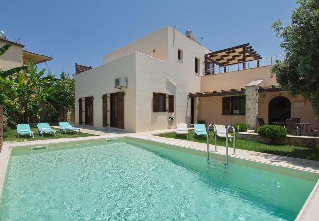 Plaka Villa Sleeps 7 with Pool and Air Con - 5873724, alquiler vacacional en Plaka
