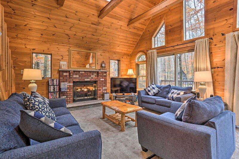 Cozy Arrowhead Lake Cottage w/ Fireplace!, holiday rental in Bear Creek