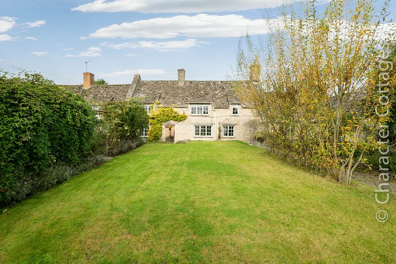 Holly Cottage is a beautiful Cotswold stone cottage with lovely gardens, holiday rental in Carterton