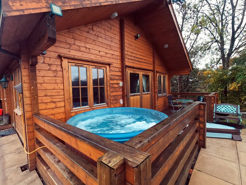 THE BOTHY, detached, single-storey, woodburner, hot tub, near Bettws Cedewain, vacation rental in Kerry