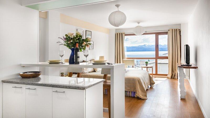 DEPARTAMENTO CON GIMNASIO Y PILETA FRENTE AL LAGO, holiday rental in San Carlos de Bariloche