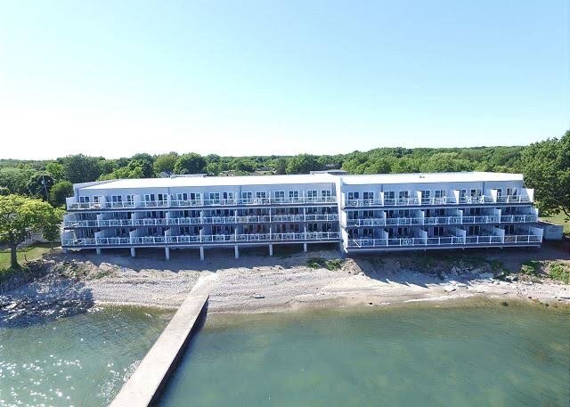 PIB#102 Luxury Waterfront Condo-Up tp 12 Guests – semesterbostad i Pelee Island