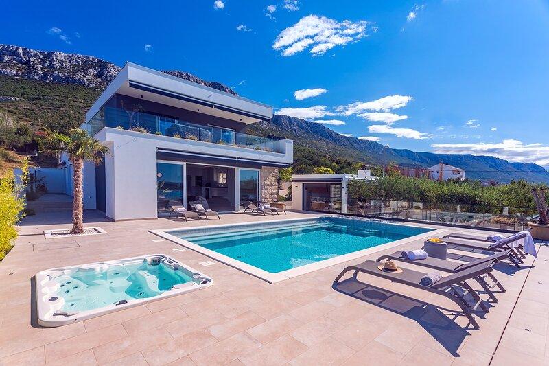 Luxury Villa Aria with 5 en-suite bedrooms and heated private pool, jacuzzi, location de vacances à Kastela