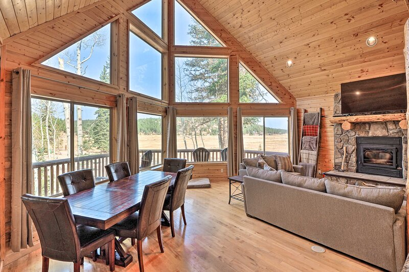 NEW! Deluxe Cabin w/ Game Room, Nat'l Parks Nearby, location de vacances à Long Valley Junction