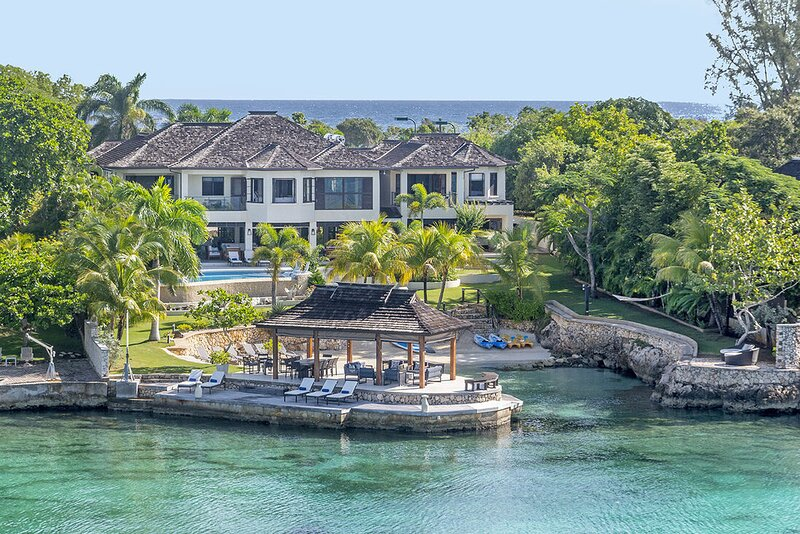 Makana Beachfront Luxury with Butler, Chef, Tennis, Gym, Kayaks 6BR, holiday rental in Discovery Bay