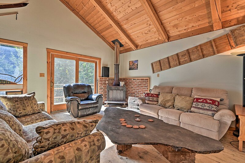 Remote Cabin w/ Fire Pit: 3 Miles to Stowe Mtn!, holiday rental in Underhill Center