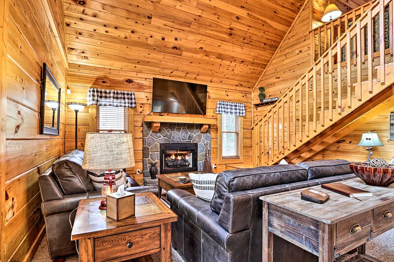 NEW! Sevierville Cabin w/ Deck Near Pigeon Forge!, holiday rental in Kodak