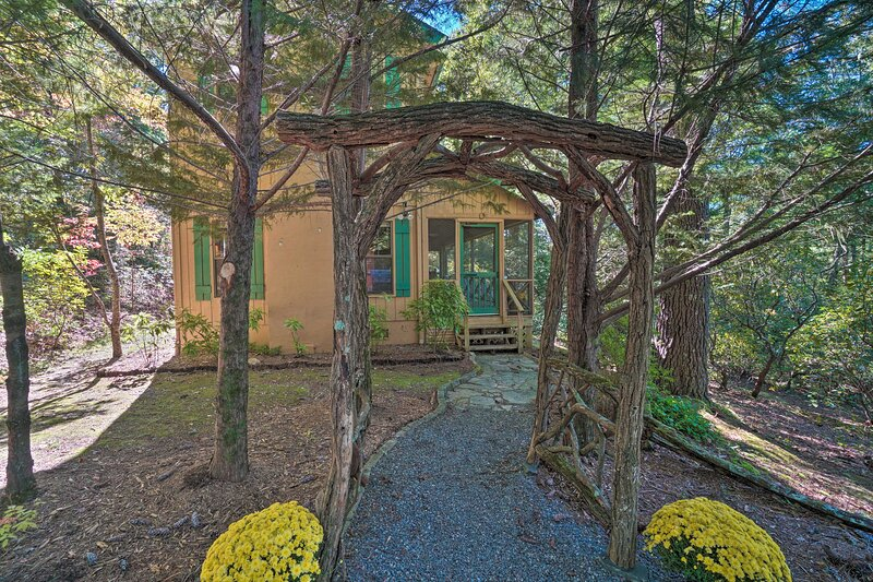 NEW! Unique Nature Lover's Haven: Fire Pit & BBQ!, holiday rental in Clayton