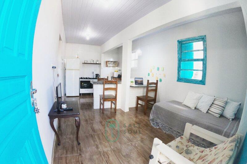 Casa a 10 passos da praia Barra da Lagoa, holiday rental in Barra da Lagoa