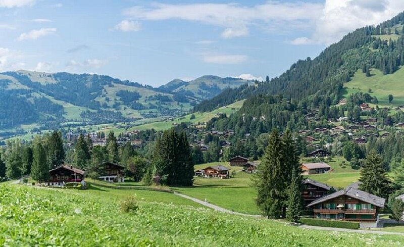 AN URBAN CHALET APARTMENT IN THE LAND OF GSTAAD, aluguéis de temporada em Gstaad
