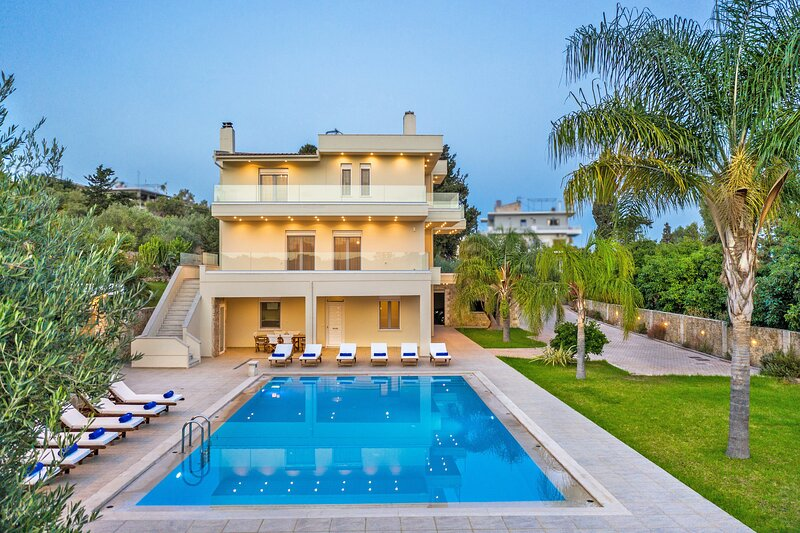 Large modern villa,Walking distance to the beach,Near Chania & airport, Ferienwohnung in Souda